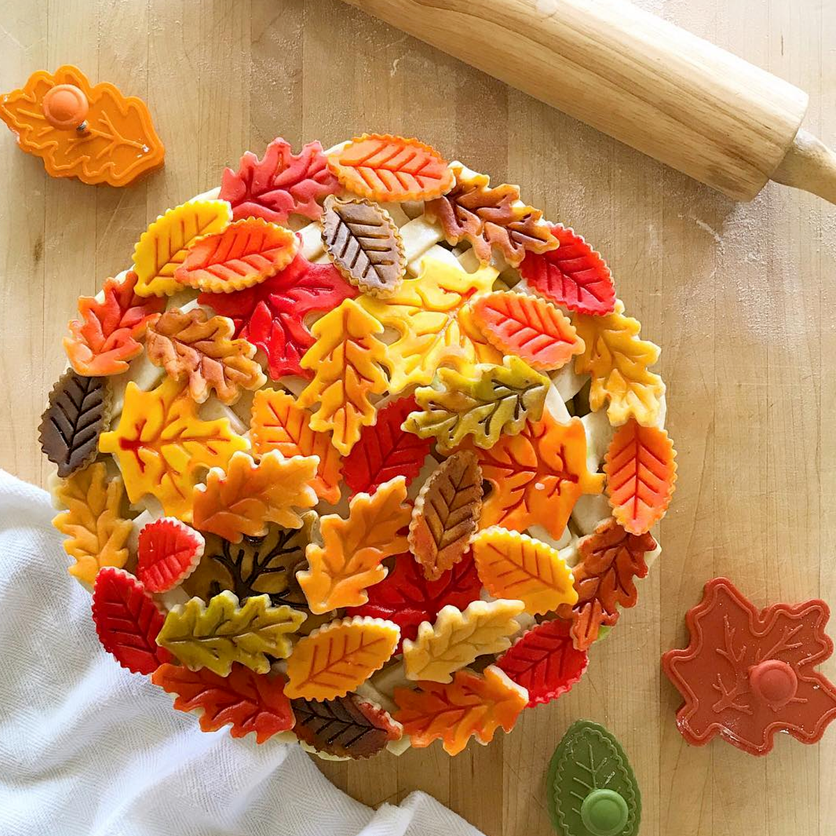 10 Fall Pie Crust Designs for all your fall pie baking | via pies before guys